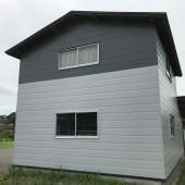 秋田市豊岩S様邸 外壁塗装色:2階ND013、1階ND401、屋根塗装色:チャコールグレー