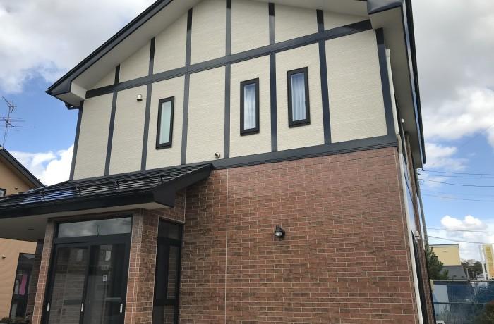 秋田市牛島 K様邸 外壁塗装色:2階 ND210、1階 UVプロテクトクリヤー 屋根:ブラックネス