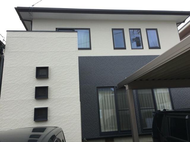 秋田市泉 S様邸(外壁塗装色:2階ND105、1階ND013、屋根:チャコールグレー)
