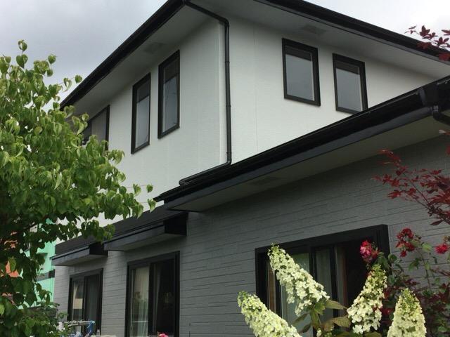 秋田市飯島 I様邸(外壁塗装色:2階ND010、1階ND012、屋根塗装色:ブラック)